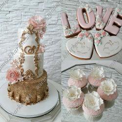Торт с сахарными цветами и золотым декором.
