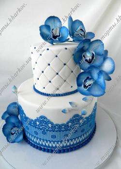 Торт с синими орхидеями и кружевами