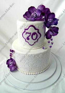 Торт с фиолетовыми сахарными орхидеями