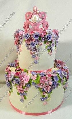 Торт с цветами и короной