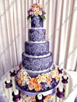 Торт фиолетовый с сахарными цветами