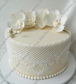 Торт свадебный с кружевами и орхидеями