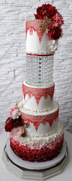 Юбилейный торт с сахарными цветами и хрустальной подставкой